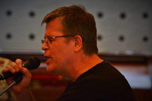 Musikalsk leder i dyp konsentrasjon når han fremfører melodistemme under et av seminarene våre.